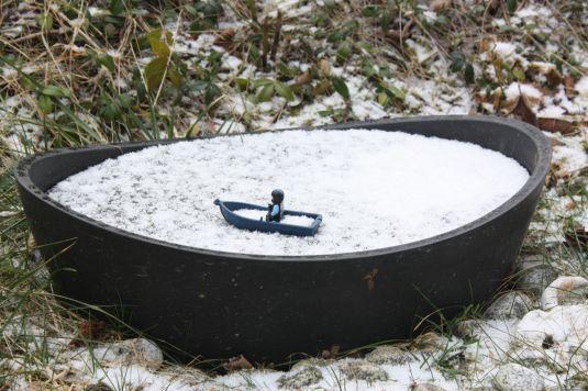 Miniteich gefroren